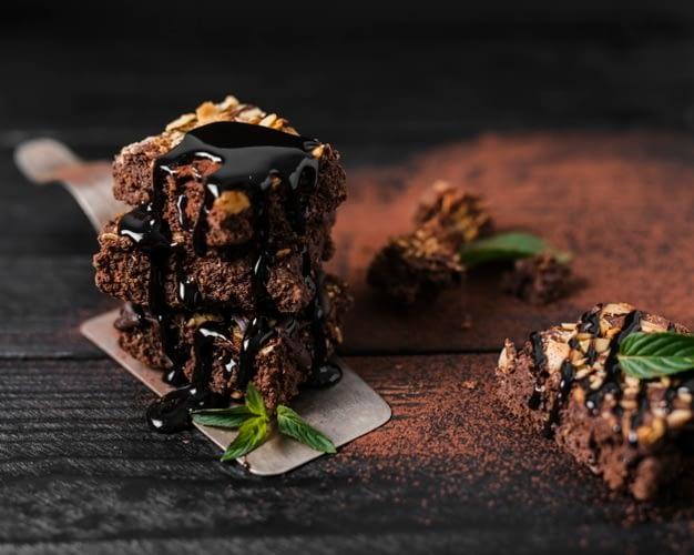 Brownie con sirope de chocolate